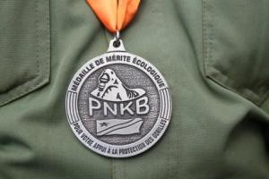 Ecological medal held in the neck of the ranger
